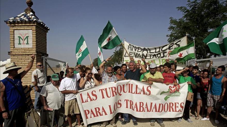 Los jornaleros de Gordillo se quedan en la finca militar ocupada en Sevilla