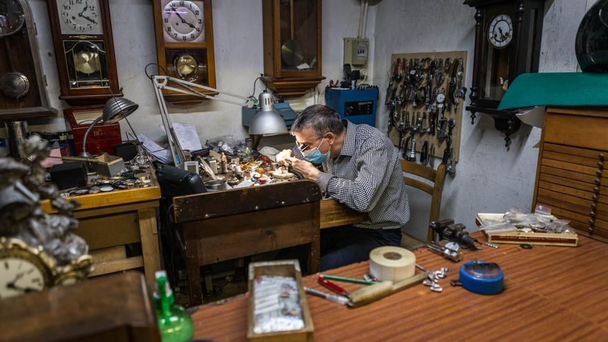 La relojería y otros comercios que no son solamente de alimentación comienzan a abrir en los mercados locales.