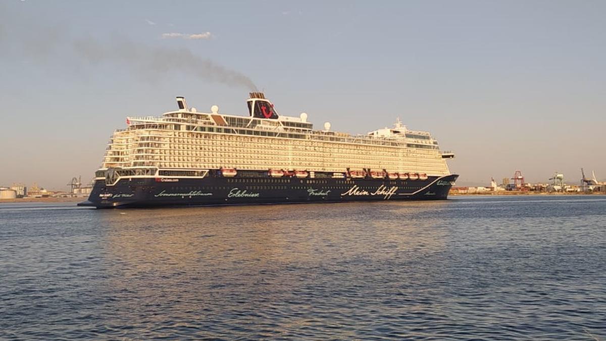 El 'Mein Schiff 2' ha sido el primer crucero en llegar a València en 15 meses.