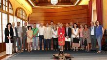 Representantes de las organizaciones sociales posan junto al presidente del Parlamento / Foto: Parlamento de Andalucía