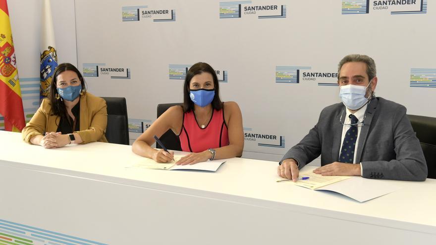 Firma del convenio del Ayuntamiento de Santander y el Colegio de Veterinarios de Cantabria.