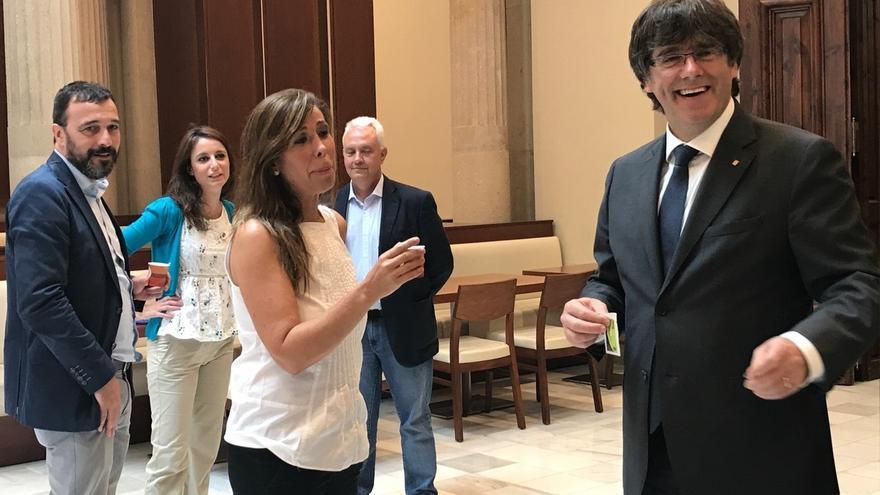 Sánchez-Camacho le pide seny a Puigdemont mientras tomaban café en el Parlamento catalán