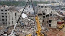 Una grúa participa en la operación de búsqueda de las víctimas del derrumbe de un edificio en Savar, Bangladesh. / Efe