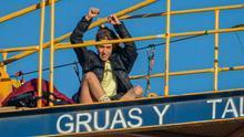 Una de las activistas subida a una de las grúas desde el martes de la semana anterior
