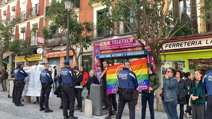 """Un grupo de personas irrumpe en un acto sobre okupación de Cs en Madrid al grito de """"fascistas"""" y con abucheos"""