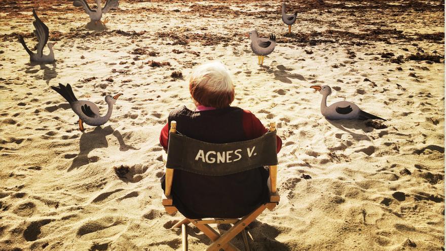 Agnès Varda en una playa de Arles
