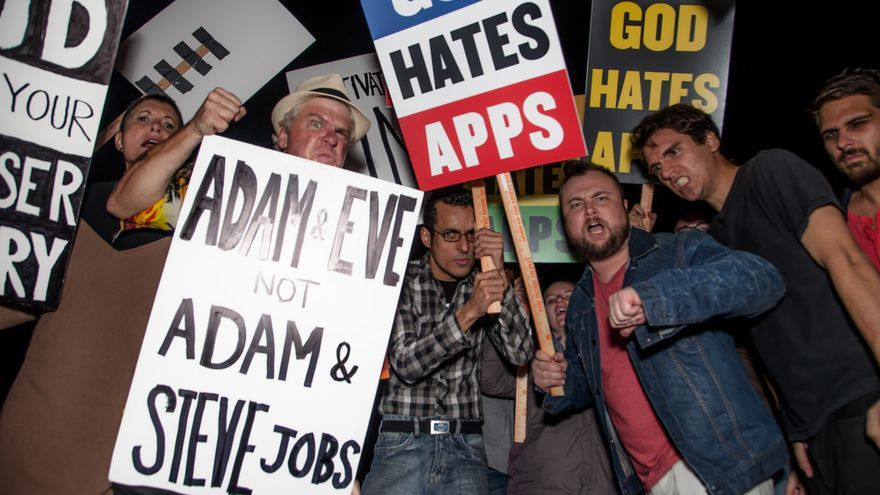 """""""Adán y Eva, no Adán y Steve Jobs"""" o """"Dios odia las apps"""", algunos de los carteles que se pudieron ver en una de las ediciones del Comedy Hack Day (Imagen: Cultivated Wit   Todos los derechos reservados)"""