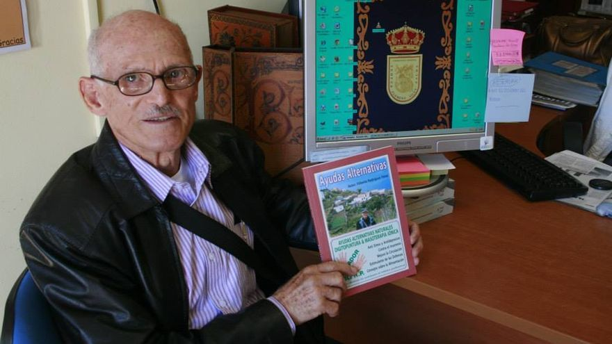 Filiberto Rodríguez con un ejemplar de su libro.