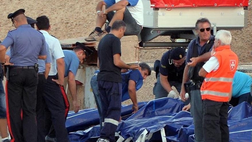 Italia tardó 5 horas en socorrer a un barco con 480 inmigrantes que naufragó