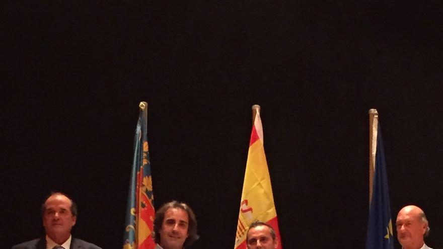 Francisco Paz (segundo por la izquierda), alcalde de San Andrés y Sauces, recogiendo la bandera Ecoplaya 2016 otorgada al Chaco Azul.