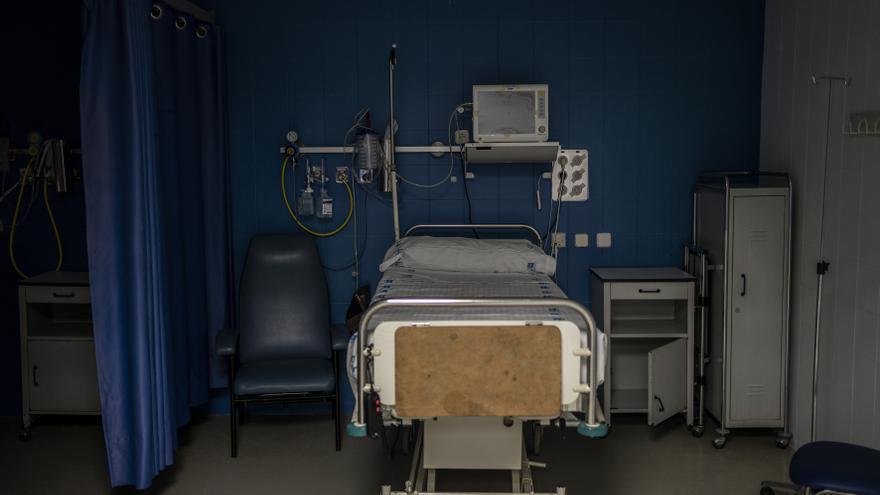 Una cama vacía en la zona de urgencias del hospital. Durante los meses pasados la mayoría estaban ocupadas por pacientes con COVID-19, el pasado 21 de mayo sólo había 2 personas.