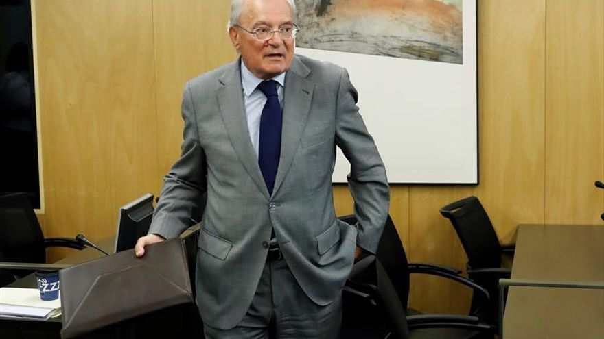 El expresidente de Aena Manuel Azuaga, antes de comparecer en la comisión de investigación del accidente del vuelo JK 5022. EFE/Juan Carlos Hidalgo