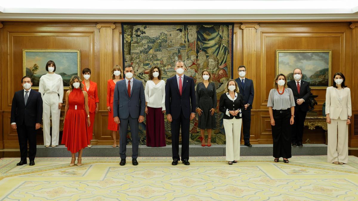 Sánchez y el rey con las ministras y ministros que han prometido sus cargos este lunes