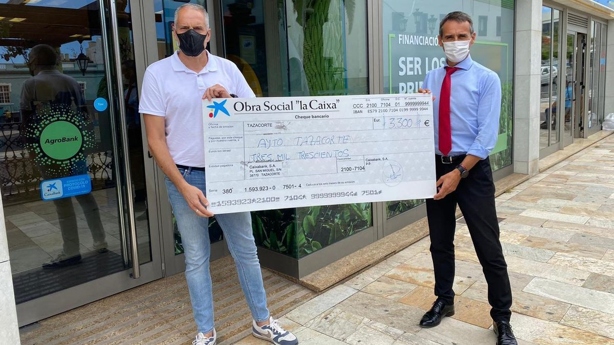 Entrega simbólica del cheque por importe de 3.300 euros.