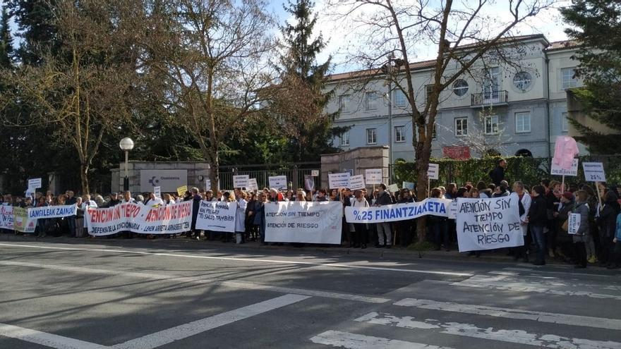 """Profesionales de Atención Primaria se manifiestan en Vitoria para denunciar la """"sobrecarga asistencial"""" en Osakidetza"""