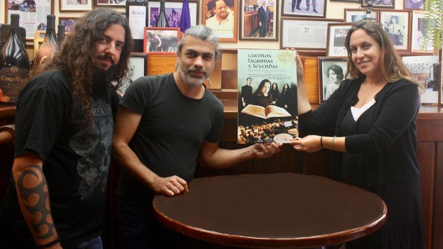 La concejal  de Cultura del Ayuntamiento de Los Llanos de Aricdane, junto al director de la Banda de Música, con el cartel promocional del concierto.