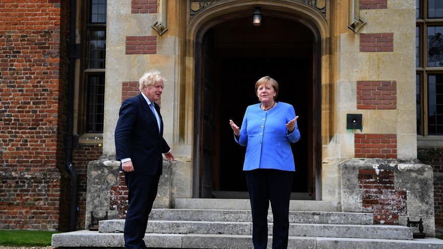 """Johnson y Merkel trabajarán para evitar """"crisis humanitaria"""" en Afganistán"""