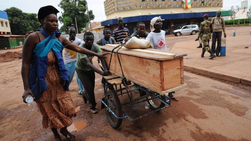 Las mujeres son las encargadas de transportar los cadáveres en la capital de la República Centroafricana, en los escasos momentos en que pueden salir a la calle debido a la inseguridad. Algunas se atreven a llevarlos a las morgues. Otras, los entierran en sus patios © SIA KAMBOU/AFP/Getty Images