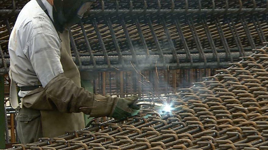 Un empleado soldando barras de acero fabricadas en CELSA  foto: CELSA