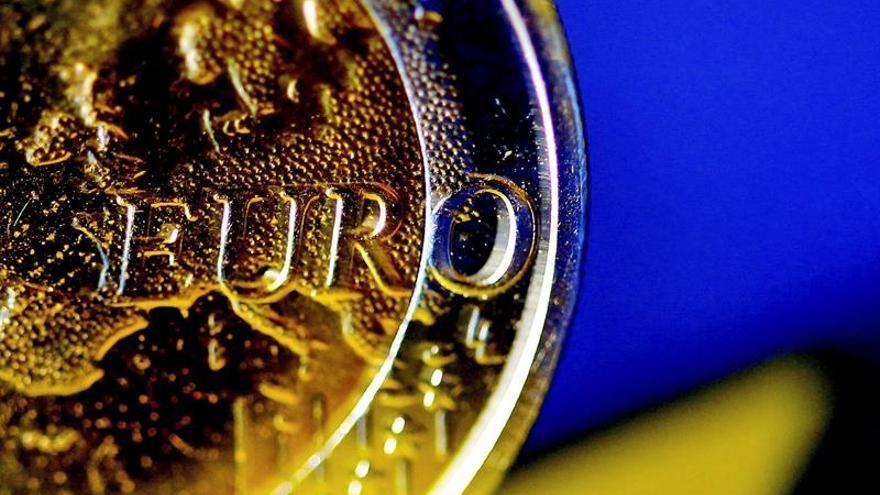 El euro baja hasta los 1,1104 dólares en Fráncfort