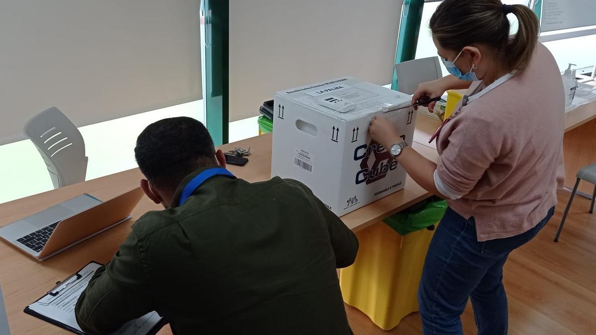 Llegada de una partida de vacunas a La Palma. Foto: GOBIERNO DE CANARIAS