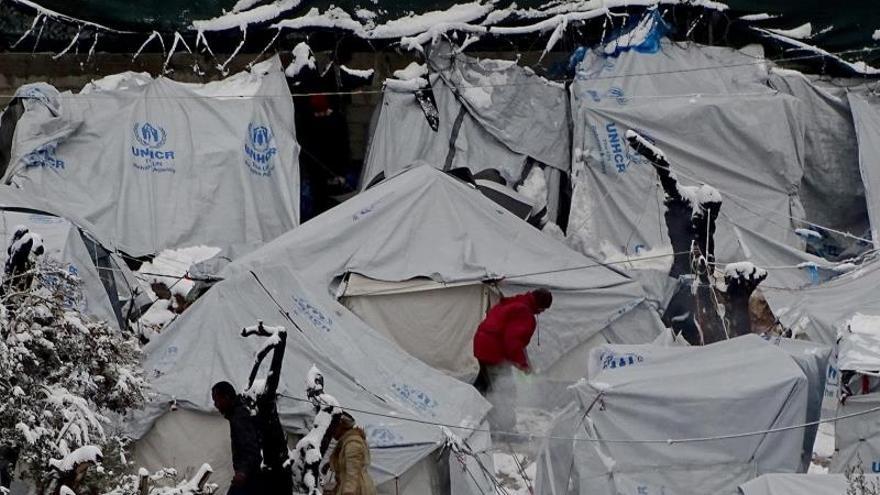 La nieve cubre las tiendas de campaña en el campo de refugiados de Moria en la isla de Lesbos, después de fuertes nevadas, el 7 de enero de 2017.