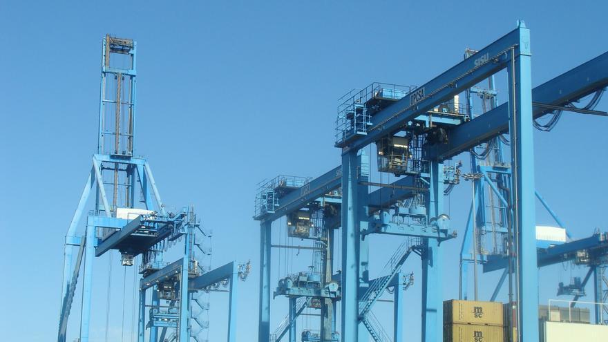 Grúas en el puerto marítimo de Las Palmas de Gran Canaria.