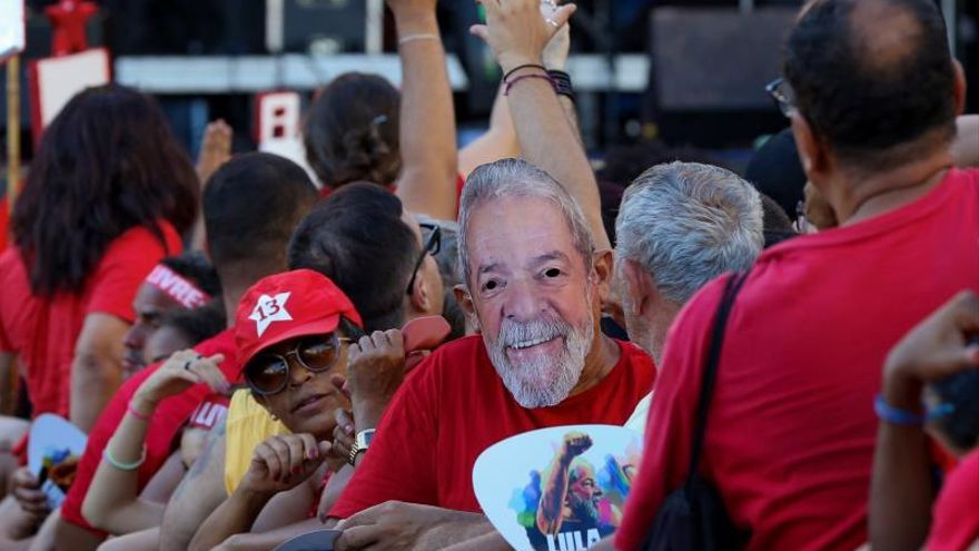 An enthusiastic audience awaits Lula at the rally where he begins his tour of Brazil
