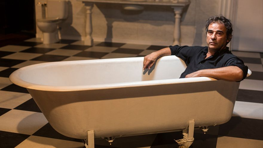 Eduard Fernández a la banyera de l'obra 'Orgia', de la companyia The Mamzelles, al Lliure. / Edu Bayer
