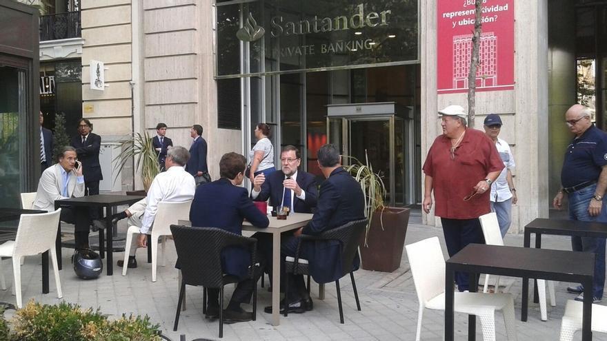 """Rajoy dice a Albiol en un café de Madrid que está """"esperanzado"""" de que vuelva el """"seny"""" a Cataluña"""