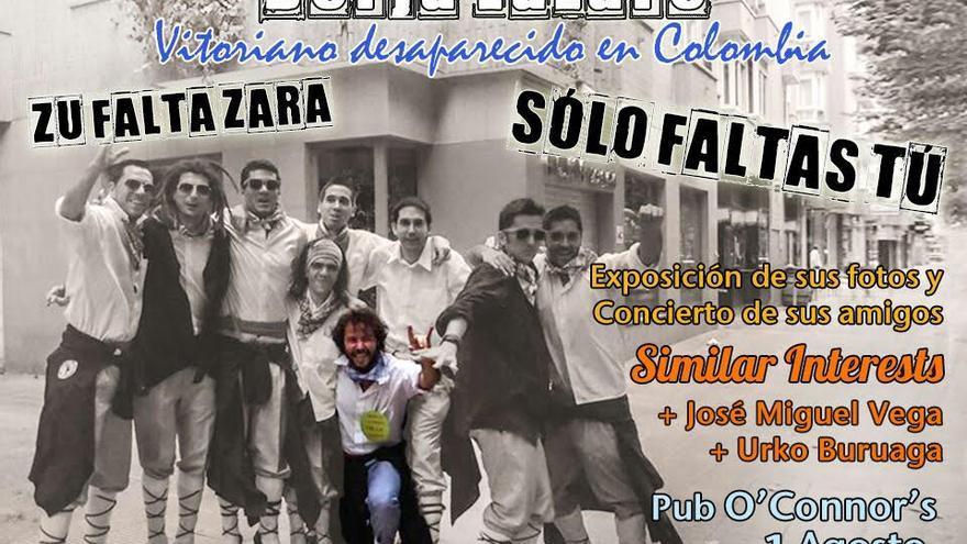 Borja Lázaro, en el centro de la imagen, con amigos de la cuadrilla de blusas.