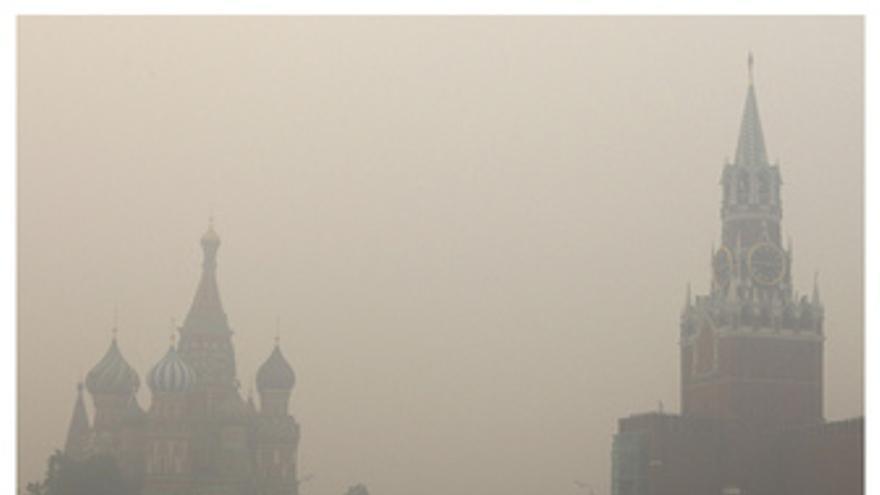 Vista de Moscú con el humo de los incendios y sin el humos tras las lluvias