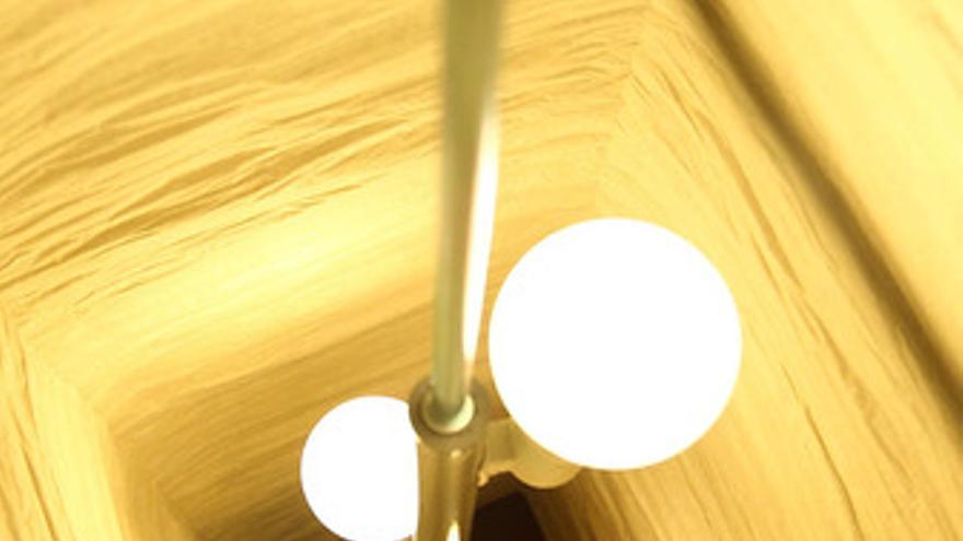Imagen de una bombilla encendida, electricidad, luz