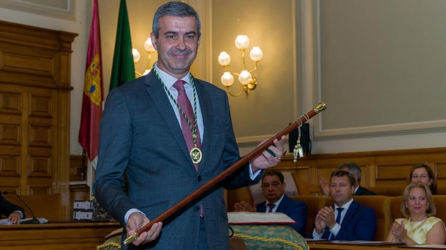Álvaro Gutiérrez con el bastón de mando / Antonio Seguido