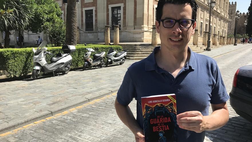 El exteniente Luis Gonzalo Segura, con su libro en Sevilla.
