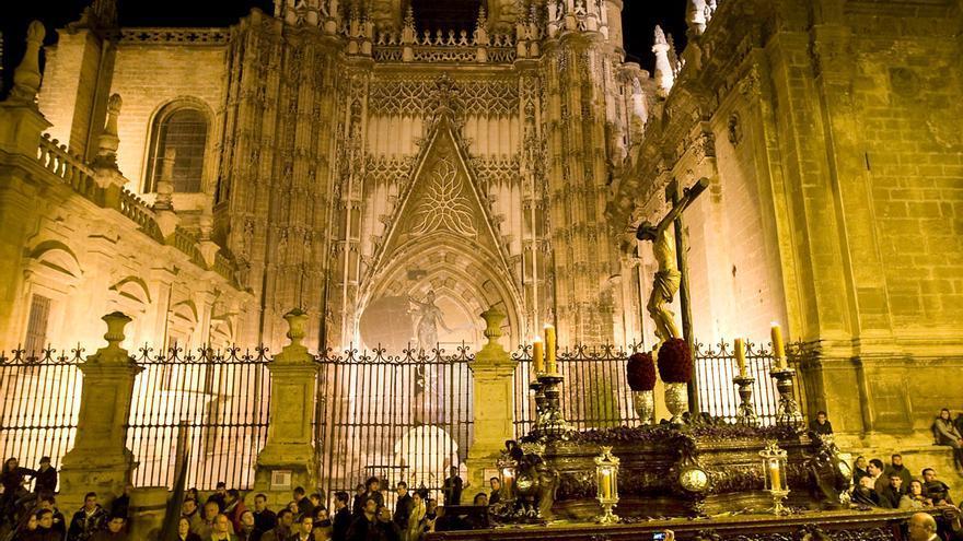 Un paso de Cristo llega a la Catedral de Sevilla en Semana Santa.
