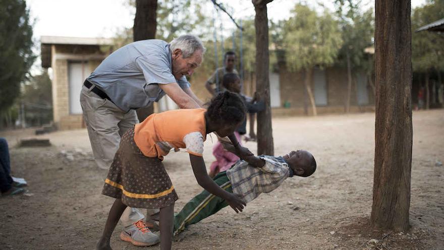 Ángel Olaran jugando con unos niños en Wukro. | CIS ÁNGEL OLARAN