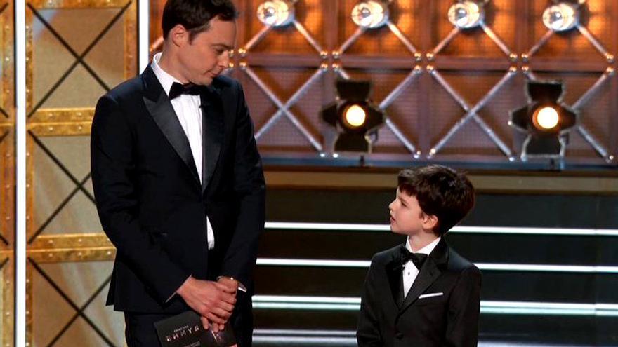 Sheldon y su mini-yo en los Emmy 2017