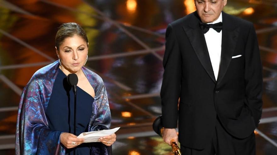 Anousheh Ansari lee el discurso de Asghar Farhadi durante los Oscars 2017