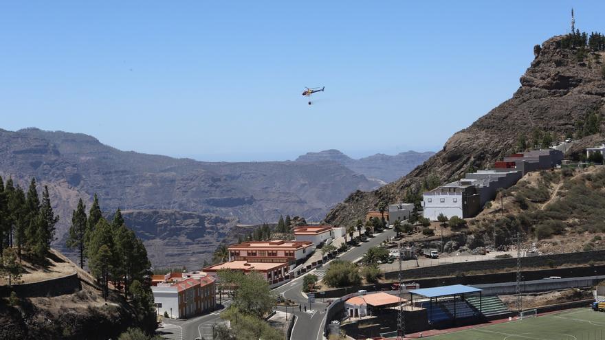 Helicóptero trabajando en uno de los focos del incendio de la cumbre de Gran Canaria.