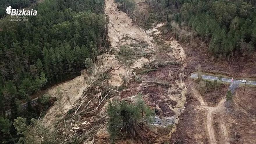 Deslizamiento de tierras en Vizcaya por lluvia arrastró 100.000 m3 de ladera