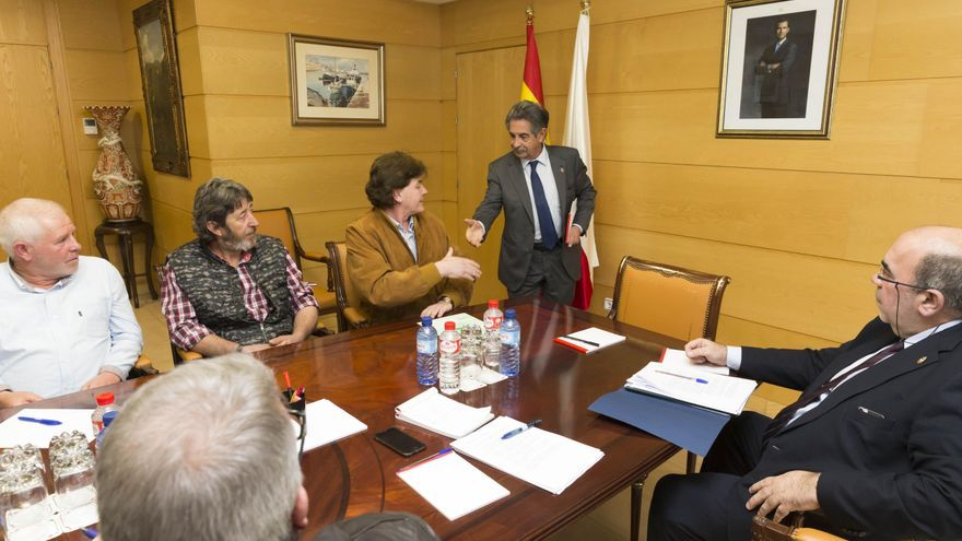 El presidente y el consejero de Medio Rural se han reunido con representantes del sector ganadero. | Miguel López
