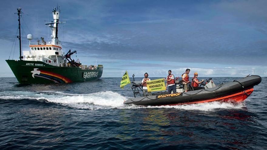 El barco de Greenpeace espera al buque de Repsol en la zona de los sondeos.