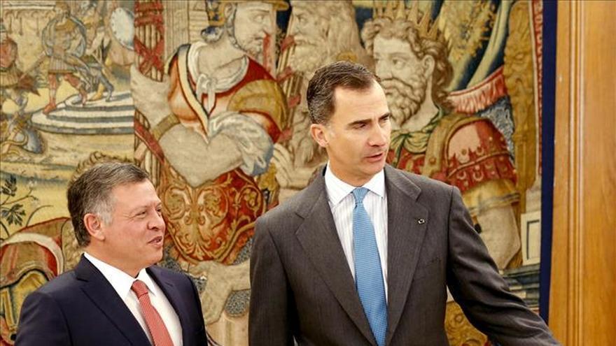 Don Felipe se reúne con el rey Abdalá en su despacho de la Zarzuela