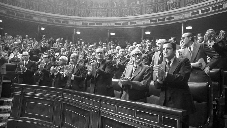 EL CONGRESO APRUEBA LEY DE AMNISTÍA: Madrid, 14-10-1977.- Miembros del Gobierno aplauden, de pie, tras haber sido aprobada la proposición de Ley sobre Amnistía, con 296 votos a favor, 2 en contra, 18 abstenciones y 1 voto nulo.