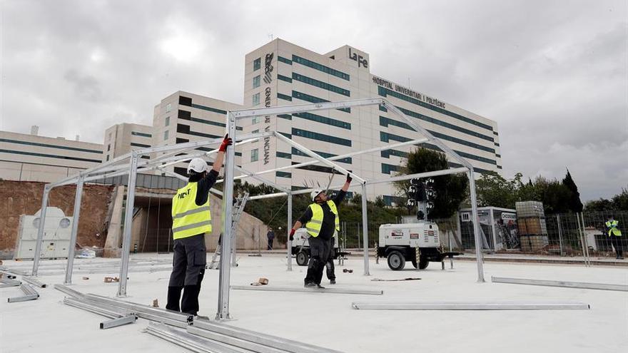 Levantamiento de la estructura del Hospital de campaña junto a la Fe en València