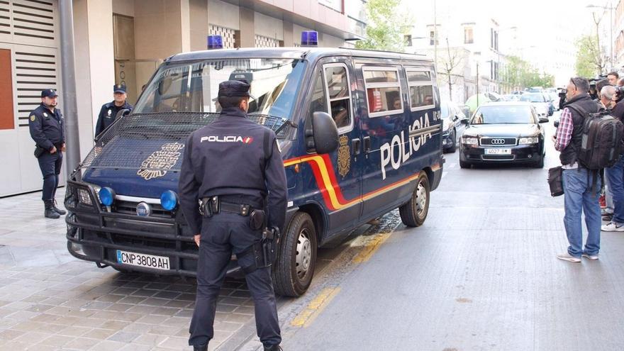 Efectivos de la UDEF trasladan al alcalde de Granada al Ayuntamiento para seguir con las diligencias