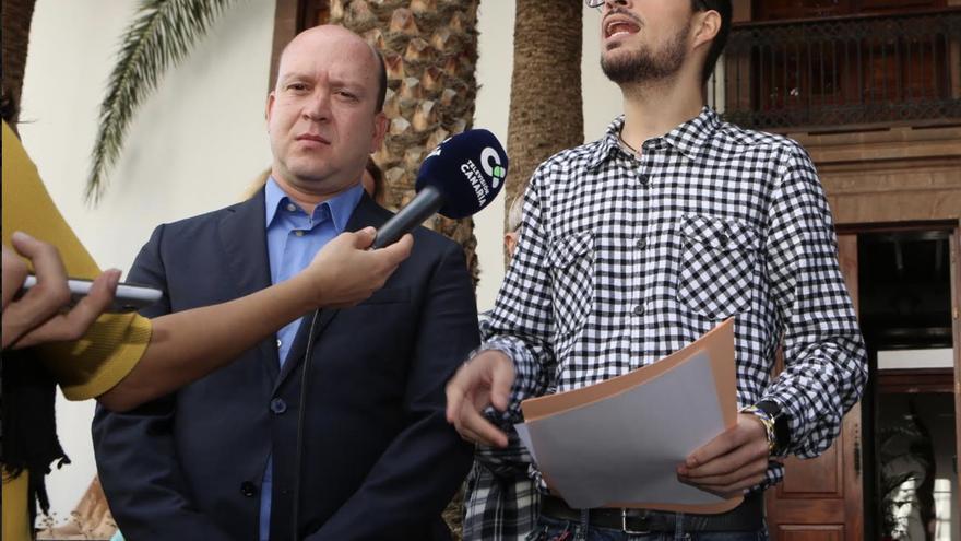 Carlos Álamo, a la izquierda, y Javier Gil, a la derecha, en la rueda de prensa dada cuando fueron expulsados de su partido.