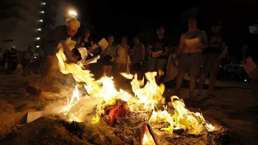 Arde la sátira de los ninots en la noche mágica de las Hogueras de Alicante