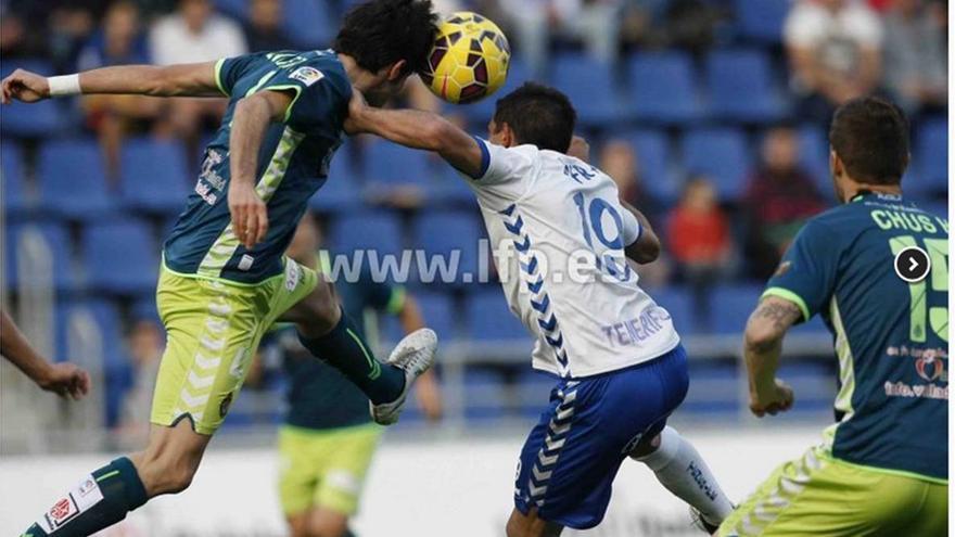 El delantero uruguayo Diego Ifrán pelea por un balón aéreo con un rival./ LFP